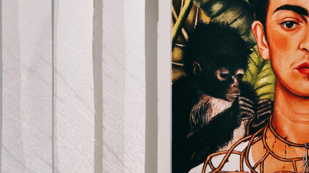 «Они будут смотреть на вас»: ощущения от выставки репродукций Фриды Кало
