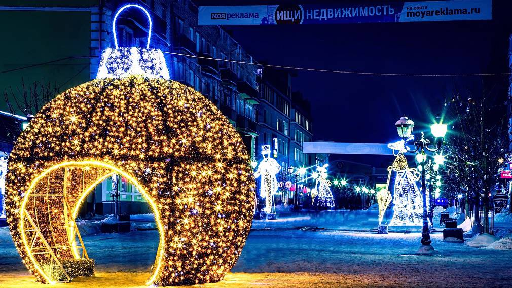 Центр Брянска украшают к Новому году